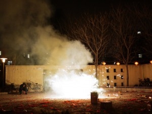 Un résident prépare son feu d'artifice